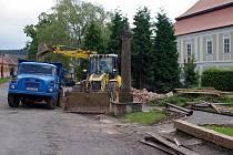 Dělníci odstranili starou autobusovou zastávku. Brzy ji nahradí nová, originální, dřevěná.