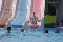 KOUPALIŠTĚ VE SVITAVÁCH. Provozovatel areálu nabízí skluzavku, velký bazén pro plavce, dětský pro neplavce a možnost občerstvení v bufetu.