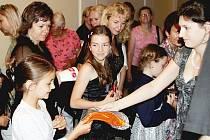 Miniopery autorů Svěráka a Uhlíře přilákaly minulý týden do Smetanova domu stovky malých posluchačů. Pardubický kraj pozval na představení děti z dětských domovů.