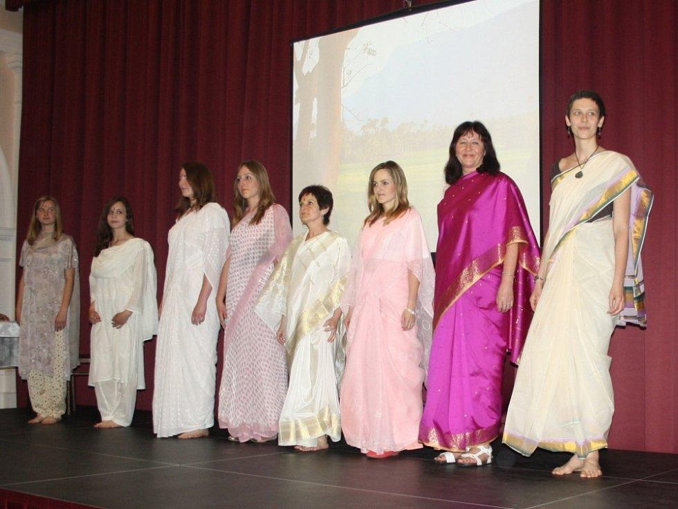 MUZEJNÍ NOC ve Třebové přilákala všechny, kteří se chtěli dozvědět něco o Indii. Mladé manekýnky si expozici věnované této zemi prohlédly v typických indických sárí.