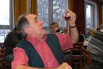 Ochutnávka vín se konala o víkendu v Opatovci.  Vlastmil Vašátko  vyrábí višňové  víno  přes dvacet let.