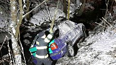 Řidička skončila s autem v potoce.
