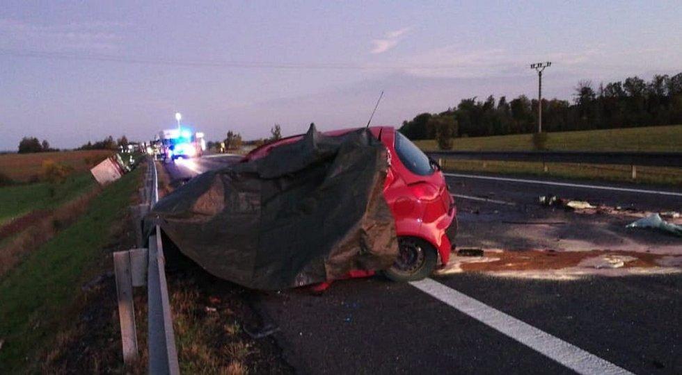 Tragický střet kamionu a osobního auta si vyžádal jeden lidský život.