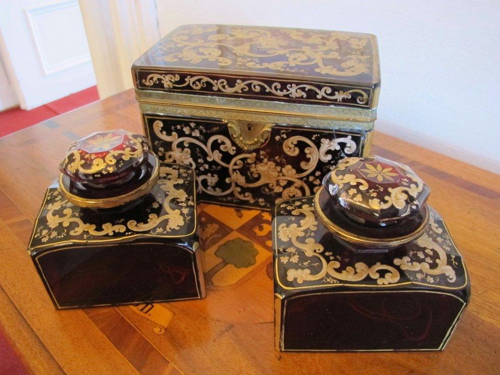 Souprava na uchování čaje z rubínového skla, která pochází z devatenáctého století.
