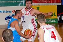 Příliš velké sousto představovali pro svitavské Tury (v bílém) prostějovští basketbalisté. Druhý celek Mattoni NBL si rychle zajistil bezpečný náskok a ten si potom bez starostí pohlídal.