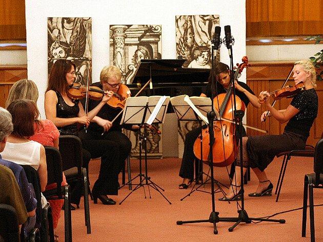 Účastníci houslových kurzů v Litomyšli mají za sebou první koncert na zámku