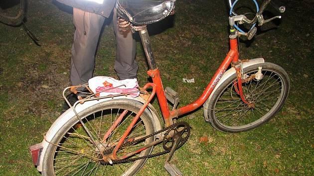 Při nehodě utrpěl cyklista těžké zranění hlavy.