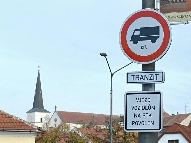 Dopravní značka zakazující vjezd nákladní dopravě nad 12 tun v Litomyšli