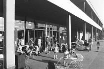 Každodenní ruch v pardubických Polabinách, rok 1970.
