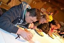KNEDLÍKY v Příbrazi na Jindřichohradecku jedli malí i velcí jedlíci. První místo opět patřilo Jaroslavu Němcovi.