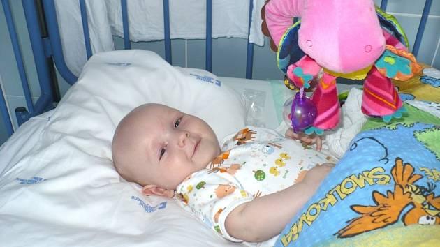 MATÝSEK prožívá v nemocnici náročnou léčbu, ale úsměv na tváři okatého klučiny nechybí. Je to statečný kluk, který má naději, že nemoc porazí.