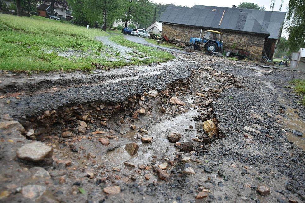Velká voda roztrhala cesty v Pusté Rybné a vytopila domy.