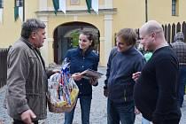 Padesát tisíc návštěvníků. Kristýna Báčová a Jiří Vaňourek z Pardubic si z hradu Svojanov odvezli bonus. Stali se totiž výročními návštěvníky a domů neodjeli s prázdnou.
