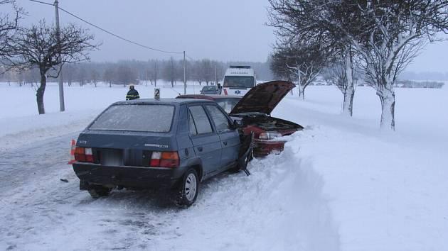 Smyk na umrzlé vozovce se neobešel bez zranění.