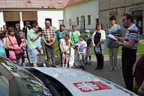 Tříkráloví koledníci se sešli ve Svitavách. Charita pro ně připravila program jako poděkování. Všichni navíc byli u toho, když kněz posvětil auto, na které sbírka přispěla.