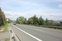 NEPOSTAVENÝ NÁJEZD. Takto vypadá silnice první třídy číslo 35 u Linhartic nedaleko Moravské Třebové v prostoru nevystavěné čtyřlístkové křižovatky.