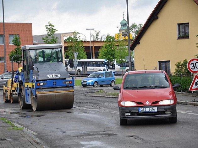 Zmatky a kolony u kruhového objezdu v Litomyšli.