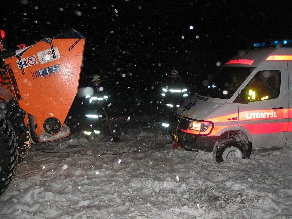 Sanity zapadly do sněhu. Dítě zachránili hasiči.