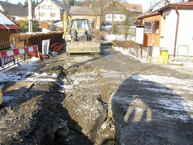 Stavba kanalizace v Pusté Kamenici.