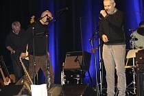 Skvělý večer strávili diváci v zaplněném sále při koncertě bratrů Ebenových ve svitavské Fabrice. Odnesli si nejen kulturní zážitek plný dobré muziky, ale také se náramně pobavili. Po koncertě ještě bratři neváhali se svým fanouškům podepsat.