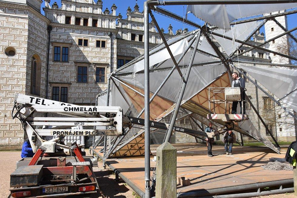 Dětský pavilon u zámku v Litomyšli demontuje firma a stěhuje ho do kampusu Technické univerzity v Liberci.