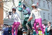 STUDENTI ZE STŘEDNÍCH ŠKOL  vyrazili v úterý odpoledne v tradičním majálesovém průvodu. K vidění byli pravěcí lidé, lyžaři, vojáci, Japonky. Mladíci z technické školy vytáhli do ulic naleštěný traktor s valníky.