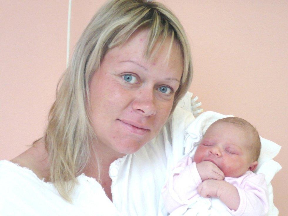 ELIŠKA ADÁMKOVÁ. Malá slečna se narodila 22. května v 9.36 hodin ve svitavské porodnici. Vážila 2,98 kilogramu a měřila půl metru. Tatínek Břetislav byl mamince Pavle u porodu oporou. Doma budou v Ostrém Kameni.