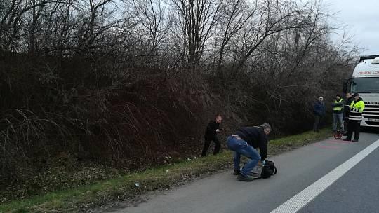 CHŮZE PO RYCHLODRÁZE mezi Chrudimí a Pardubicemi je, zvláště v noci a bez reflexních prvků, podle mnohých sebevraždou. Snímek je z policejního vyšetřování nehody.