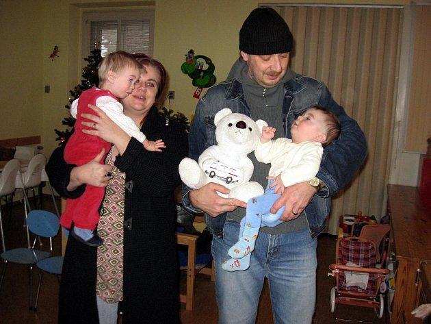 Hračky a peníze pro děti do kojeneckého ústavu přinesla Gabriela Slavatová (vlevo).