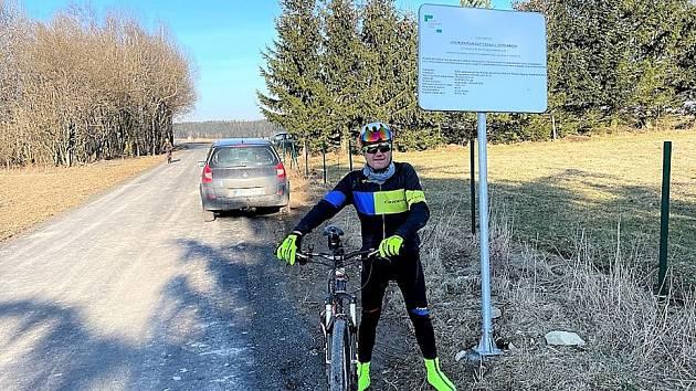 Když to nejde jinak, dá se sto cyklistických kilometrů natočit i na komunikaci kratší než patnáct set metrů.
