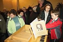 Posluchači koncertu neskrývali svůj zájem o varhanní pozitiv, na který během koncertu Jiřina Dvořáková hrála. Někteří si zkusili zahrát pár tónů.