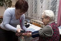 Zdravotnice přicházejí nejen za seniory, aby jim poskytly péči v domácím prostředí, které  navíc působí příznivě na jejich psychiku.