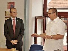 Starosta Jevíčka Dušan Pávek (vpravo) při debatě s hejtmanem Martinem Netolickým