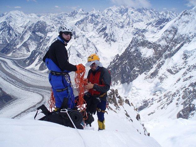 Roman Langr s Kamilem Bortelem při výstupu do třetího výškovího tábora.