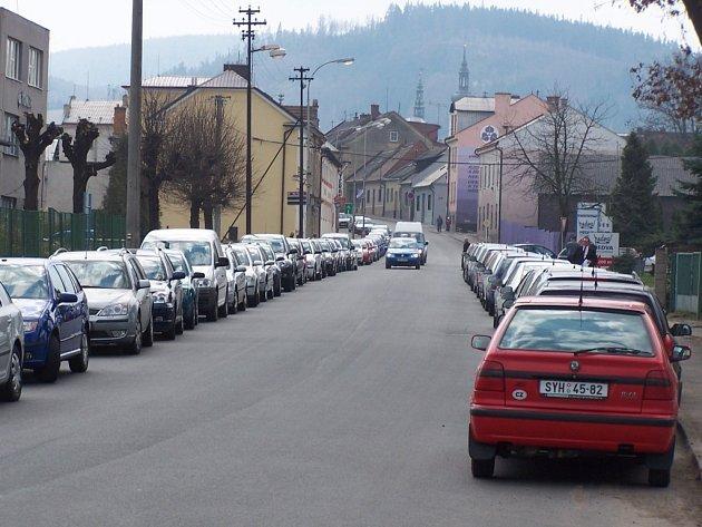 Řidiči se dočkají nových parkovacích míst na náměstí.