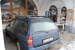 Auto, zaparkované na podloubí litomyšlského náměstí, budí pozornost.