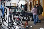 Auto, zaparkované na podloubí litomyšlského náměstí, vzbudilo pozornost.