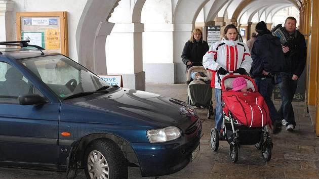 Auto, zaparkované na podloubí litomyšlského náměstí, budilo velkou pozornost.