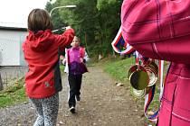 V sobotu se v Dolním Újezdu uskutečnil 2. ročník Běhu za novým úsměvem, jehož výtěžek jde na konto organizace, která pomáhá rodinám s dětmi, které se narodily s rozštěpem. I přes deštivé počasí se sešla více než stovka běžců a do kasičky naházeli přes10 t