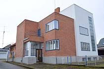 Šmídova vila v Poličce je unikátní stavbou. Stavitel Bohuslav Šmíd své sídlo vybudoval v roce 1934. V přízemí měl projekční kancelář, patro bylo obytné.