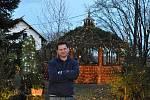 Na domě v Chotovicích bude svítit až do ledna patnáct tisíc žárovek.