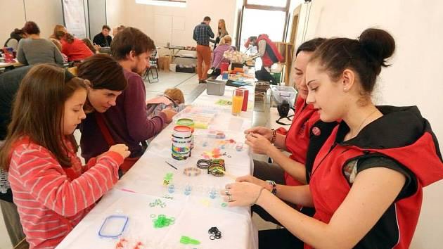 Málokdo ještě neviděl náramky z gumiček, které vyrábí děti i dospělí. I touto aktivitou se prezentoval Dům a děti a mládeže při otvírání zámeckého návrší.