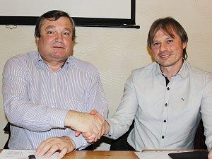 Předseda Výkonného výboru OFS Svitavy Jindřich Novotný (vpravo) se svým předchůdcem Antonínem Kadlecem.