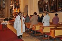 Koledníci se sešli ve svitavském kostele. Než vyrazili s kasičkami do ulic, požehnal jim farář Václav Dolák.