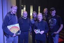 Kapela Syfon ze Svitav nahrála na svou desku písně Václava Neckáře. Muzikanti se s legendou popu potkali na koncertě ve Svitavách.