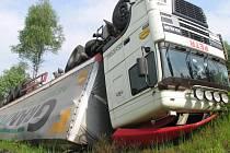 Převrácený kamion, který havaroval na silnici I/35 u odbočky na Mikuleč.