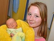 ADAM PETERKA. Narodil se 25. května Jindře a Jiřímu ze Širokého Dolu. Měřil 48 centimetrů a vážil 2,72 kilogramu. Na bratříčka se přišla podívat starší sestra Simona (na fotce).