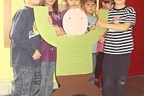 """Škola v Dlouhé Loučce  má na plotě barevné dřevěné """"žáčky."""""""