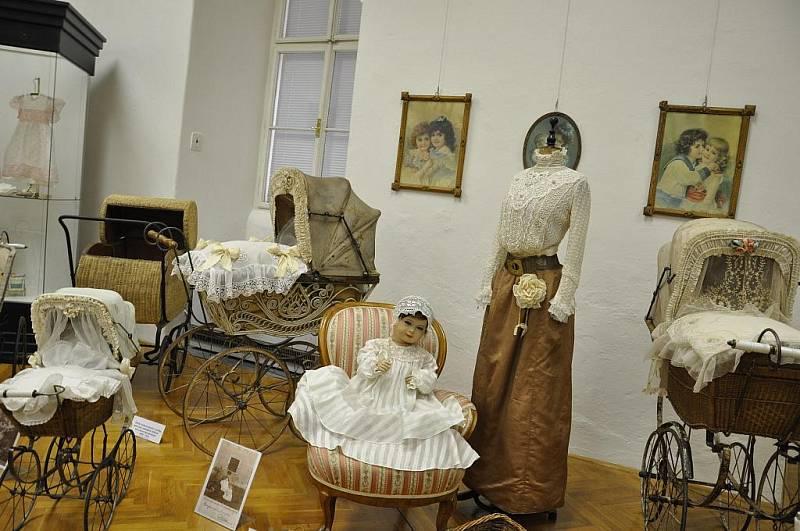 Výstava kočárků z minulých století.