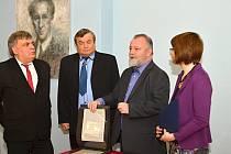 VELVYSLANEC Hynek Kmoníček představuje rukopisy Bohuslava Martinů, které dovezl z USA.